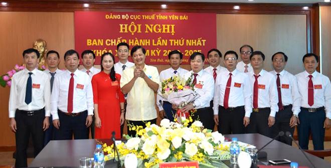 Lãnh đạo Đảng bộ Khối cơ quan và doanh nghiệp tỉnh tặng hoa Ban Chấp hành Đảng bộ khóa mới.