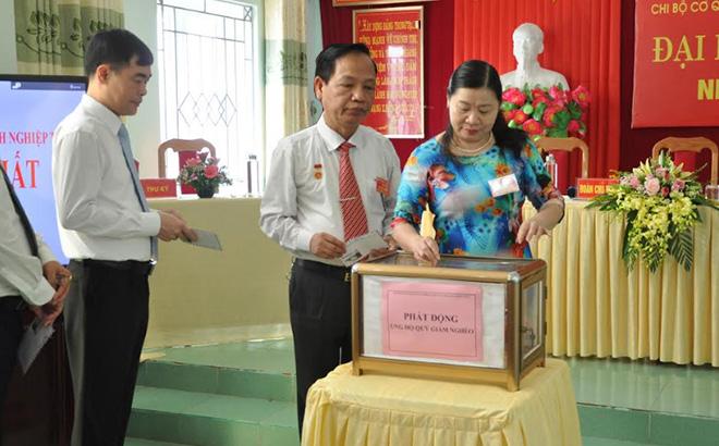 Cán bộ, đảng viên Chi bộ Đảng ủy Khối cơ quan doanh nghiệp ủng hộ quỹ vì người nghèo tại Đại hội.