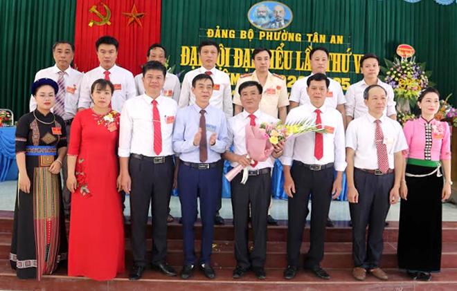 Đồng chí Hà Văn Nam - Chủ tịch UBND thị xã Nghĩa Lộ tặng hoa chúc mừng Ban Chấp hành Đảng bộ phường Tân An, nhiệm kỳ 2020 - 2025