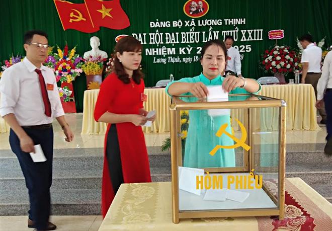 Các đảng viên lựa chọn bầu cấp ủy khóa mới thuộc Đảng bộ xã Lương Thịnh