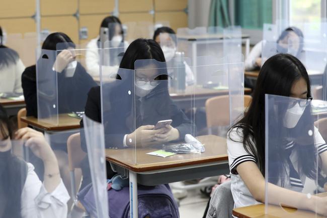 Học sinh Hàn Quốc ngồi trong lớp tại Daejeon.