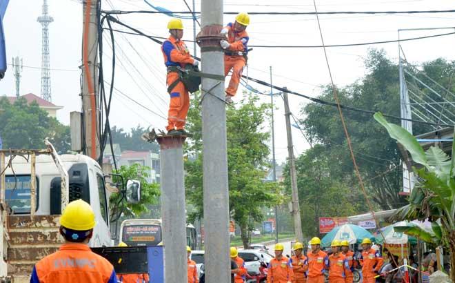 Công nhân ngành điện lực Yên Bái sửa chữa, nâng cấp lưới điện sinh hoạt