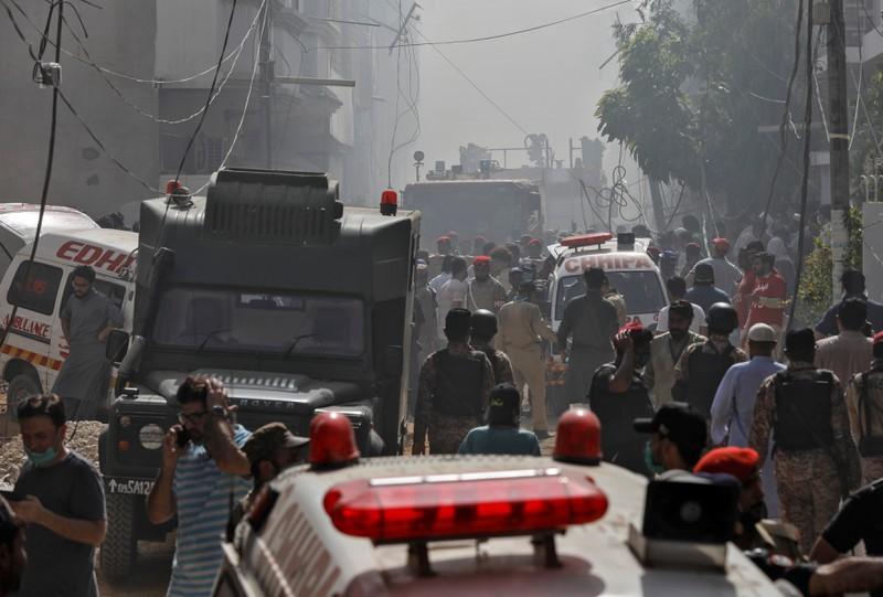 Máy bay Pakistan, máy bay Pakistan rơi xuống khu dân cư, tại nạn máy bay, máy bay rơi ở Karachi, Pakistan.