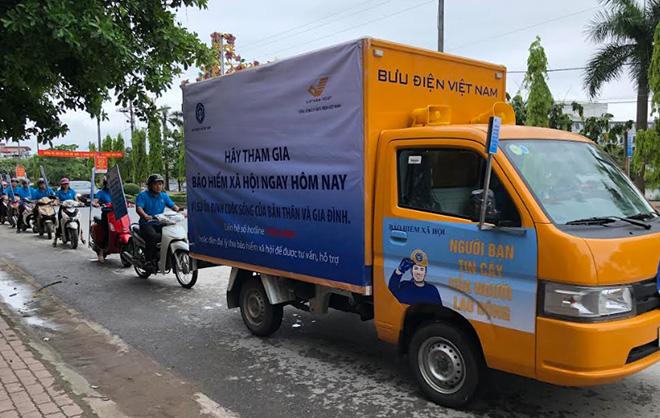 Ngay sau Lễ ra quân, nhân viên Bảo hiểm xã hội tỉnh và Bưu điện tỉnh đã đi truyền thông lưu động trên các trục đường, tuyến phố chính.