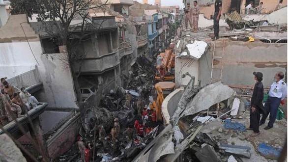 Máy bay Airbus A320 của hãng Hàng không Quốc tế Pakistan (PIA) đã rơi xuống một khu dân cư