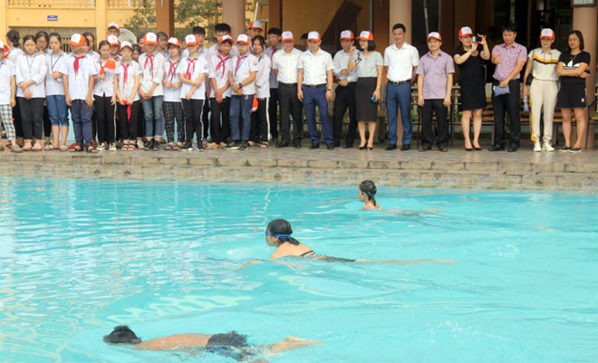 Trẻ em thực hành biểu diễn bơi lội và chơi các trò chơi dưới nước tại Lễ phát động toàn dân tập luyện môn bơi, phòng chống đuối nước năm 2020.