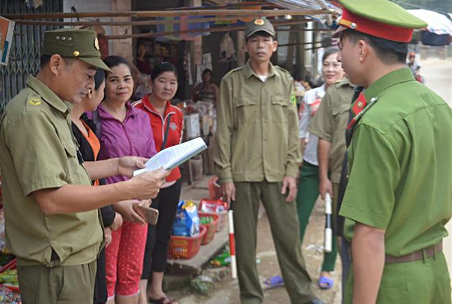 Công an xã Mai Sơn tuyên truyền giao nộp vũ khí, vật liệu nổ.