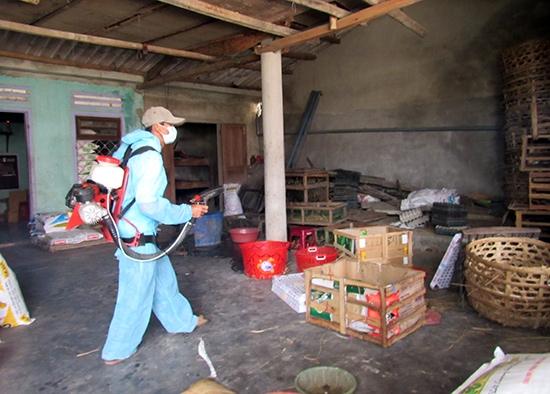 Phun hóa chất diệt muỗi để phòng chống bệnh sốt xuất huyết và Zika.
