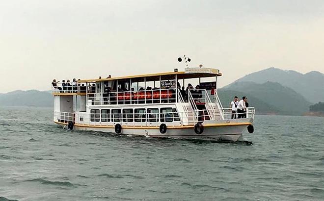 Du lịch hồ Thác Bà thu hút nhiều du khách đến tham quan.