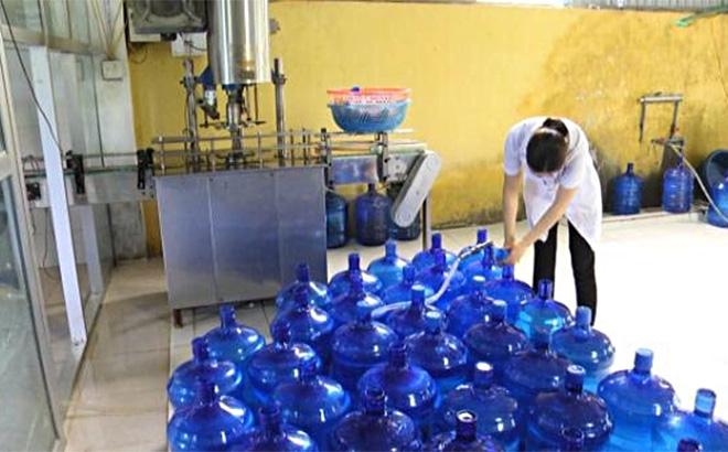 Nhân viên Công ty TNHH Hồng Yến đóng bình nước uống tinh khiết Ban Na.