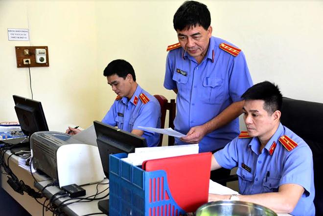 Lãnh đạo VKSND huyện Văn Yên chỉ đạo nghiệp vụ chuyên môn với cán bộ, kiểm sát viên.