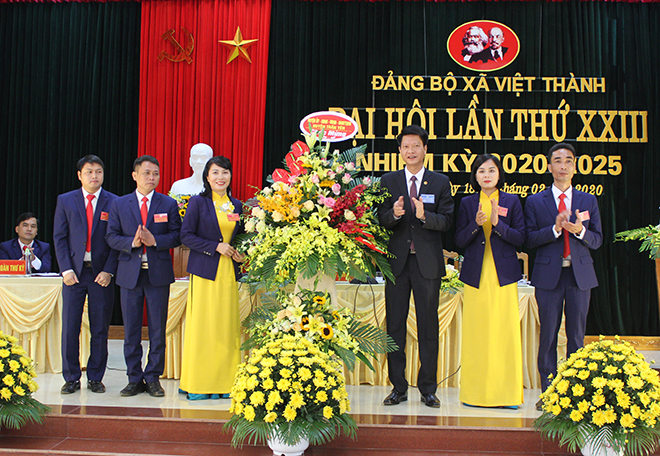Bí thư Huyện ủy Nguyễn Thế Phước tặng hoa chúc mừng thành công Đại hội Đảng bộ xã Việt Thành, nhiệm kỳ 2020 - 2025.