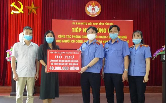 Đồng chí Nguyễn Hoài Nam - Viện trưởng VKSND tỉnh trao tiền ủng hộ hỗ trợ xây dựng nhà ở cho người có công, hộ nghèo đặc biệt khó khăn trên địa bàn tỉnh cho Ủy ban Mặt trận Tổ quốc tỉnh.