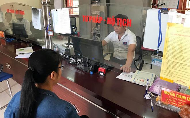Cán bộ Bộ phận Phục vụ hành chính công xã Thịnh Hưng giải quyết thủ tục hành chính cho người dân.