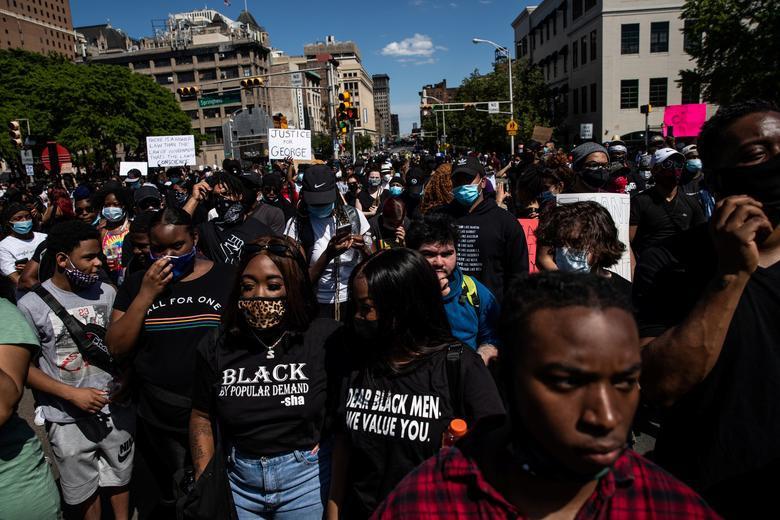 Nhiều người biểu tình không mang khẩu trang, không tuân thủ giãn cách xã hội khi tụ tập đông người.