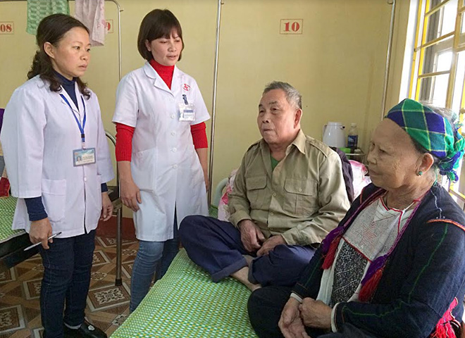 Heath workers at Van Yen medical centre visit ethnic minority patients being treated at the centre.