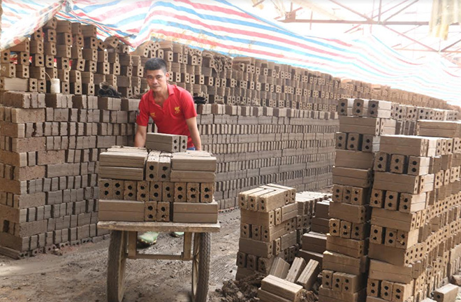 The Bao Hung Construction Materials Company in Bao Hung commune step by step restores production after the COVID-19 pandemic. (Photo: Minh Huyen)