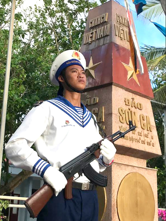 Chiến sĩ trên đảo Nam Yết canh gác cột mốc chủ quyền.