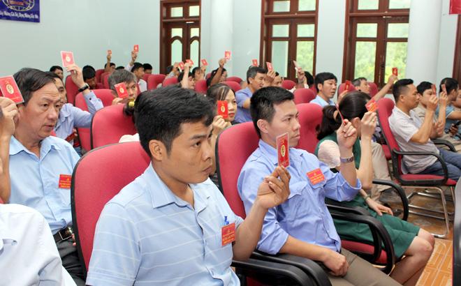 Đảng viên dự Đại hội biểu quyết thông qua các chỉ tiêu phấn đấu trong nhiệm kỳ 2020 - 2025.