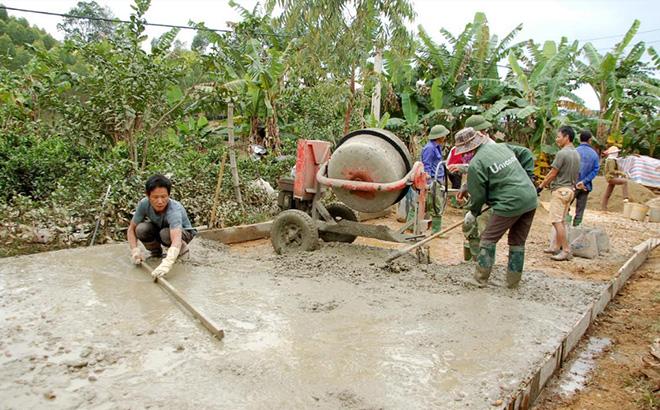 Những con đường giao thông nông thôn ở huyện Yên Bình được bê tông hóa có sự đóng góp tích cực của mỗi người dân.