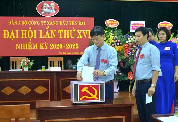 Các đảng viên bỏ phiếu bầu Ban Chấp hành khóa mới.