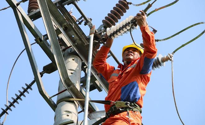 Công nhân Công ty điện lực chi nhánh huyện Yên Bình bảo dưỡng lưới điện.