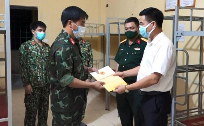 Đồng chí Hà Đức Anh - Chủ tịch UBND huyện Văn Yên khen thưởng lực lượng Ban Chỉ huy quân sự huyện đang thực hiện nhiệm vụ chuẩn bị khu cách ly tập trung.
