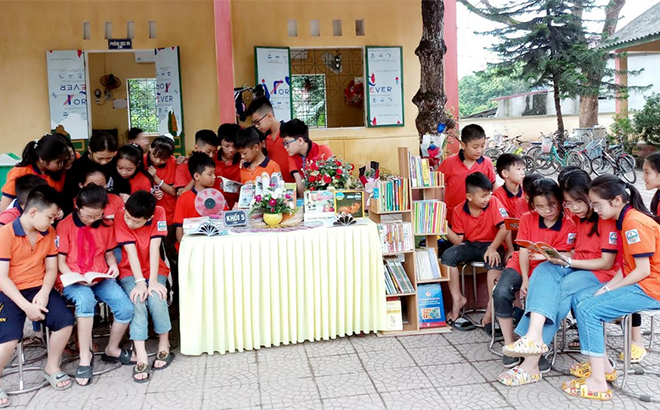 Pupils at the Nguyen Viet Xuan elementary school read books during their break.