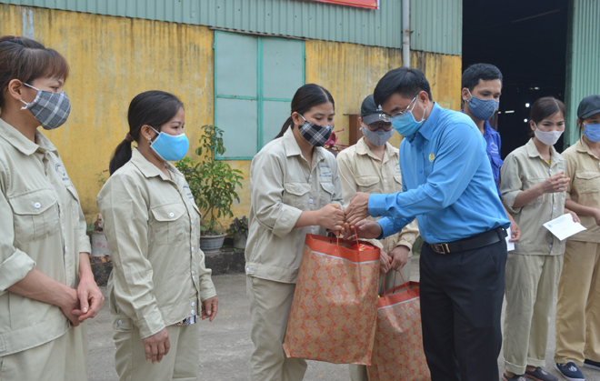 President of the provincial Labour Confederation Nguyen Chuong Phat visited and presented gifts to encourage workers.