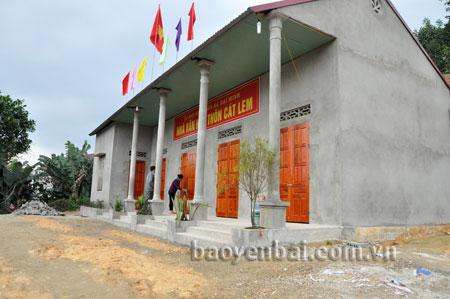 Nhà văn hóa thôn Cát Lem, xã Đại Minh (huyện Yên Bình) được xây dựng khang trang từ nguồn vốn xã hội hóa.