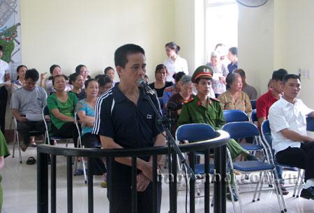 Bị cáo Nguyễn Tiến Ánh trước vành móng ngựa.