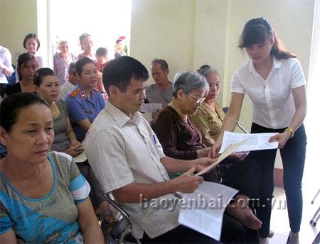 Cán bộ Tòa án nhân dân thành phố phát tài liệu tuyên truyền pháp luật tại phiên tòa.