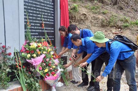 Thế hệ trẻ bên di tích trận đánh đèo Din tại xã Đại Lịch (Văn Chấn). (Ảnh: Sơn Nam)