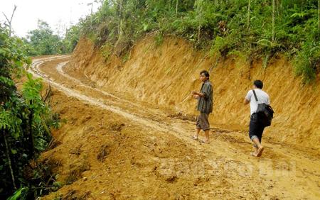 Những con đường mới mở ở xã Púng Luông (Mù Cang Chải) giúp người dân đi lại thuận lợi hơn.