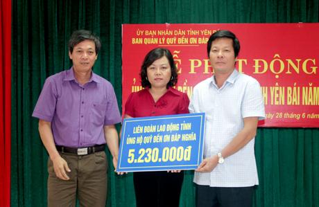 Lãnh đạo Ủy ban MTTQ tỉnh và Sở Lao động - Thương binh và Xã hội tỉnh, tiếp nhận ủng hộ từ các cơ quan, đơn vị.