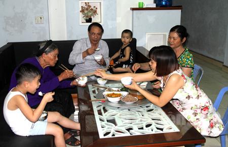 Mỗi thành viên trong gia đình đều hiểu rằng bữa ăn tối của gia đình là thời điểm cả nhà quây quần sau ngày lao động, làm việc, học tập.