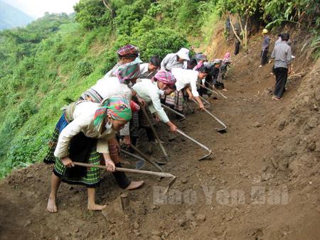 Nhân dân xã Pá Hu (Trạm Tấu) chung sức mở đường liên thôn bản.