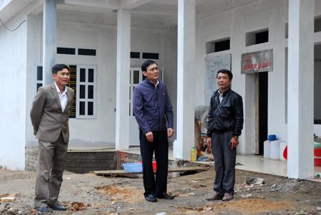 Lãnh đạo xã và các ngành của huyện Văn Yên kiểm tra tiến độ xây dựng công trình Trạm Y tế xã Yên Hợp.