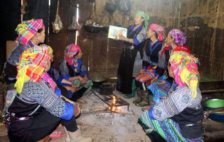 """Một buổi tuyên truyền thực hiện Cuộc vận động """"Xây dựng gia đình 5 không, 3 sạch"""" của Chi hội Phụ nữ bản Háng Chú, xã Kim Nọi."""