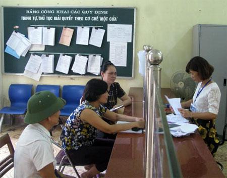 Cán bộ bộ phận một cửa giải quyết công việc cho người dân.