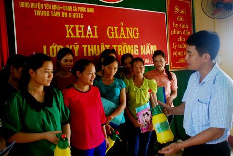 Các học viên được hướng dẫn kỹ thuật trồng nấm