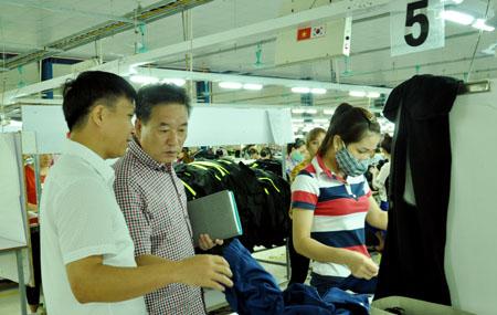 Đồng chí Nguyễn Đức Điển - Phó chủ tịch UBND huyện Yên Bình (bên trái) thăm Nhà máy May DaeSeung.