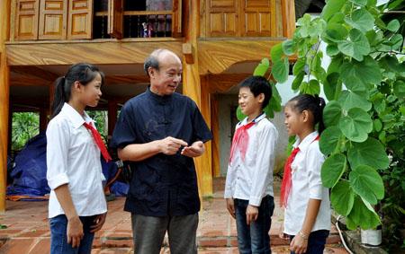 Ông Hoàng Tương Lai - nguyên Bí thư Đảng ủy xã trò chuyện về truyền thống lịch sử với các cháu thiếu nhi.