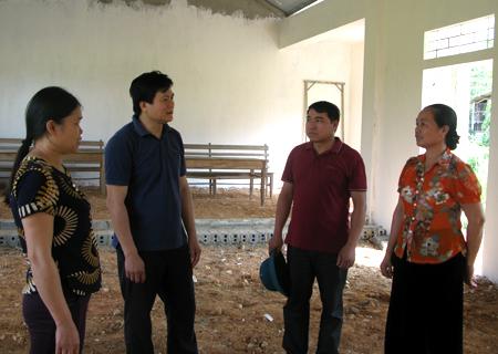 Bí thư Đảng ủy xã Phúc Sơn Hà Biên Cương (thứ hai bên trái) cùng lãnh đạo xã thường xuyên xuống cơ sở nắm tình hình.