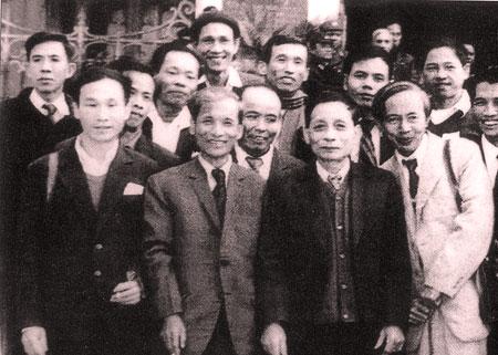 Đồng chí Vũ Văn Thụ, nguyên Tổng biên tập, Chủ tịch Hội Nhà báo tỉnh Hoàng Liên Sơn (người thứ hai trái sang, hàng trên) và các đồng chí lãnh đạo Đảng, Nhà nước tại Đại hội IV Hội nhà báo Việt Nam.