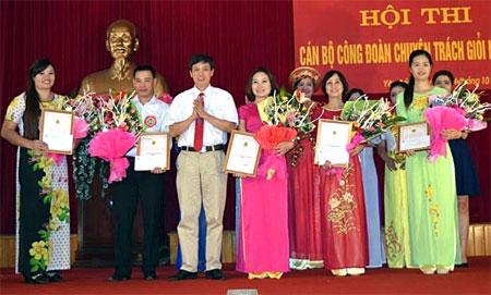 Chị Hà Thị Lệ Hoài (ngoài cùng bên trái) trong lễ trao giấy chứng nhận đạt giải tại Hội thi Cán bộ chuyên trách công đoàn giỏi năm 2015.