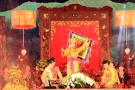 Màn trình diễn giá hầu ông Hoàng Mười tại Festival Thực hành tín ngưỡng thờ Mẫu Thượng ngàn.  (Ảnh: Lê Thương)