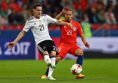 Đức (trái) hy vọng sẽ giành được ngôi đầu bảng để ở lại Sochi chờ Mexico.