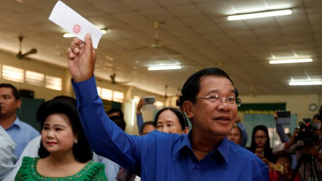 Đảng Nhân dân Campuchia chiến thắng ở vòng bầu cử xã, phường ảnh 1 Thủ tướng Hun Sen đi bỏ phiếu ở tỉnh Kendal ngày 4-6 -2017.