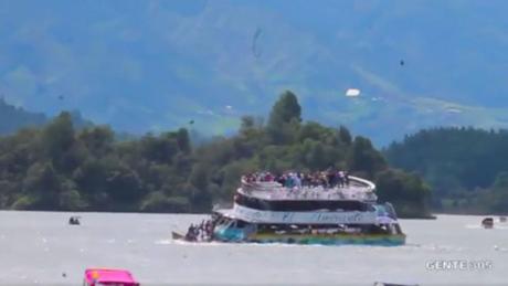 du thuyen colombia bi dam 9 nguoi chet tham nhieu nguoi mat tich hinh 1 Tàu du lịch Colombia bị đắm trên hồ Penol.